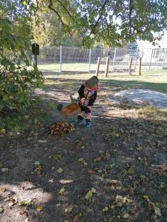 Hrabání listí na školní zahradě